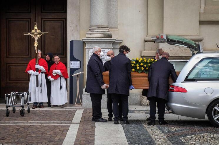 Uso de máscaras de proteção durante um funeral em Bergamo, Itália