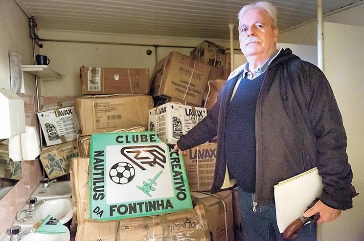 Alfredo Peres mostra o espólio do Clube Recreativo Nautilus da Fontinha, que está guardado num edifício