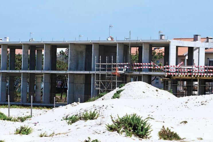 O hotel nunca foi concluído e o terreno voltou à posse municipal, segundo a Comissão de Moradores