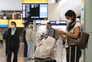Passageira com máscara num aeroporto de Londres