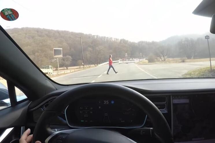 Marido testa Autopilot da Tesla com a mulher à frente do carro