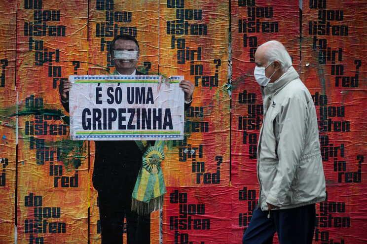 Cartaz a lembrar as palavras do presidente do Brasil, Jair Bolsonaro