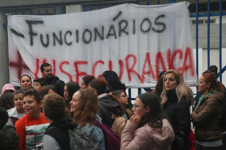 Funcionários, pais e alunos têm protestado em várias escolas do país contra a falta de funcionários