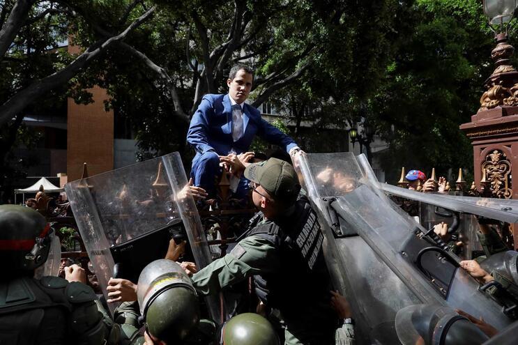 Juan Guaidó foi impedido pela polícia de entrar na Assembleia Nacional
