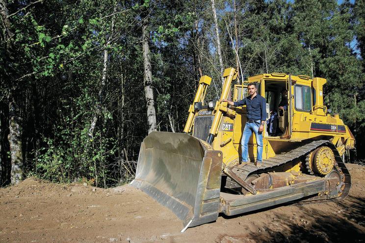 Márcio Pereira, coordenador do Gabinete Técnico Florestal, com uma máquina de limpeza