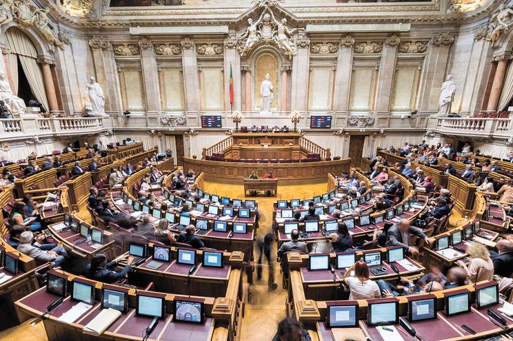 Maratona de 170 votações encerra Parlamento para férias e legislatura