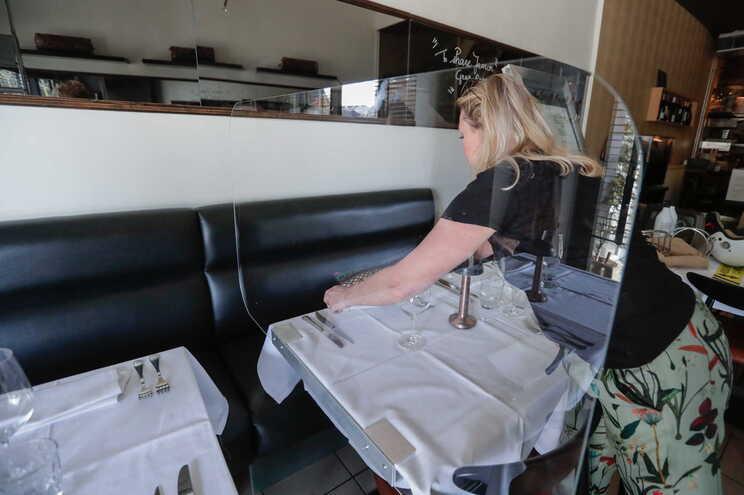Restaurante preparam reabertura para a terceira fase de desconfinamento