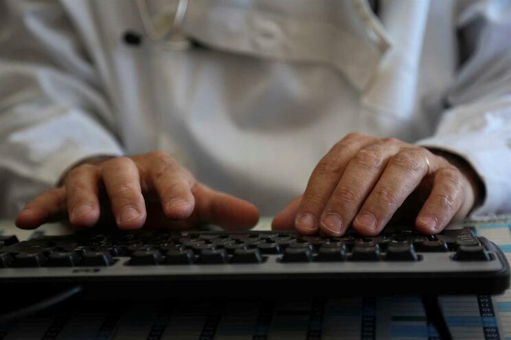 Um em cada três jovens médicos  sem acesso  a especialidade