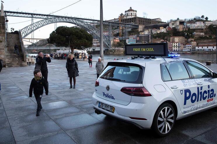 Carros da Polícia Municipal do Porto usados em ação de sensibilização