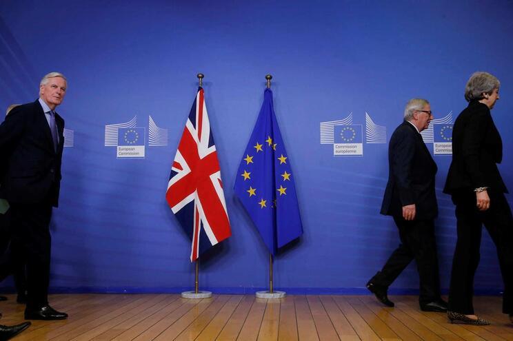 O negociador europeu do Brexit, Michel Barnier (Esquerda) na sombra do presidente da Comissão Europeia