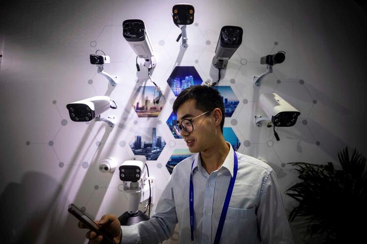 China exige scan facial para novos clientes de telemóvel e internet