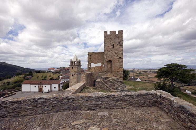 A reabilitação estrutural do muro Sul do Castelo de Mogadouro tem um prazo de execução de 120 dias, representando