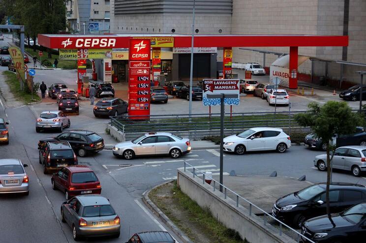 Camiões-cisterna abastecem postos de combustível de Braga em dia de greve
