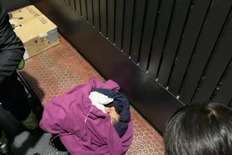 Bebé encontrado no lixo em Lisboa vai para uma instituição