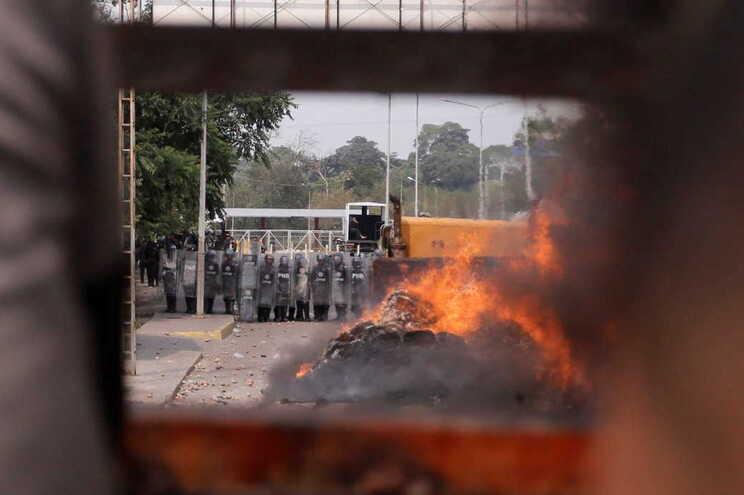 Confrontos na ponte fronteiriça que liga Venezuela e Colômbia