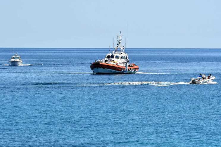 Um migrante morto e três sobreviventes resgatados no mar ao largo de Almería
