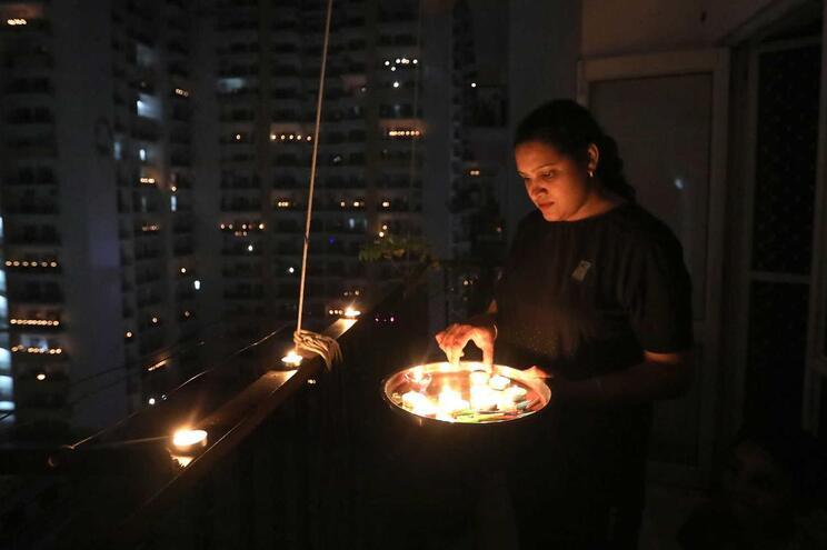 Indianos apagaram as luzes e acenderam velas para combater a obscuridade do coronavírus