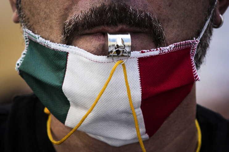 Mortes por covid-19 em Itália com descida acentuada