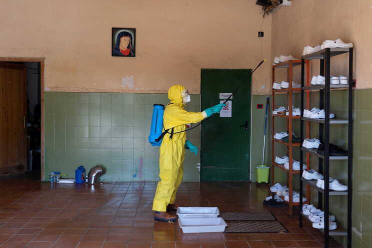 Desinfeção de lar de idosos em Espanha