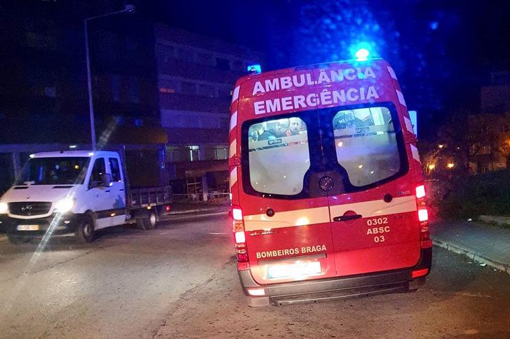 Jovem foi transportado ao hospital com perfuração no abdómen