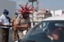 Polícia usa capacete com forma do vírus para alertar para a Covid-19