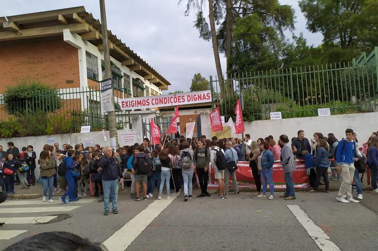 Pais e alunos em protesto à porta de escola de Coimbra