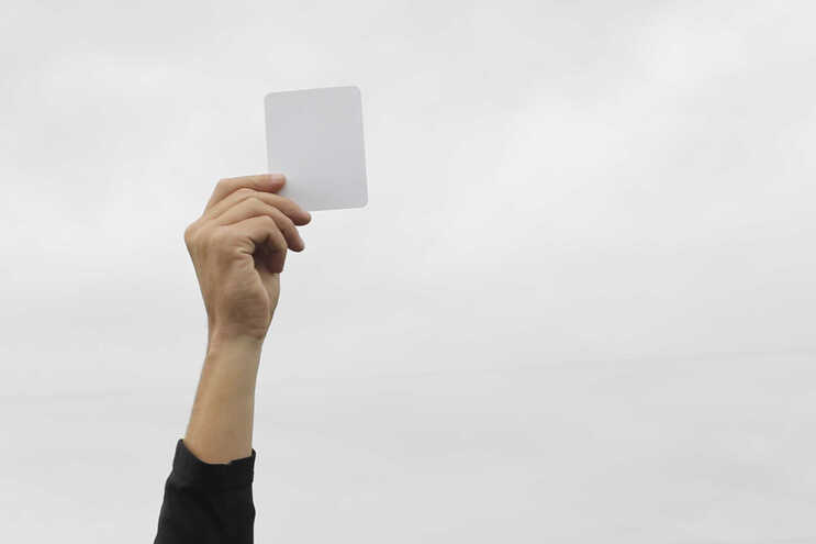Jogador do Esperança de Lagos vê o primeiro cartão branco do Campeonato de Portugal