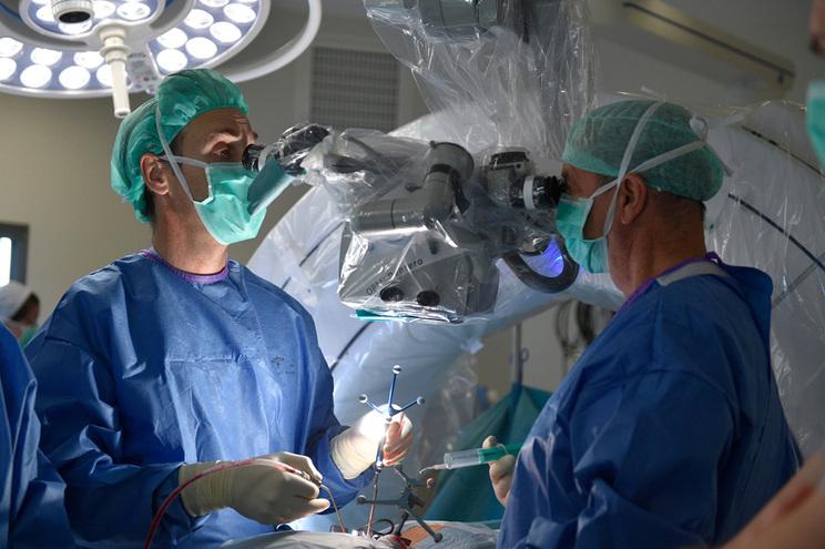 Pelo menos 51 mil cirurgias ficaram por realizar até abril por causa da pandemia de covid-19