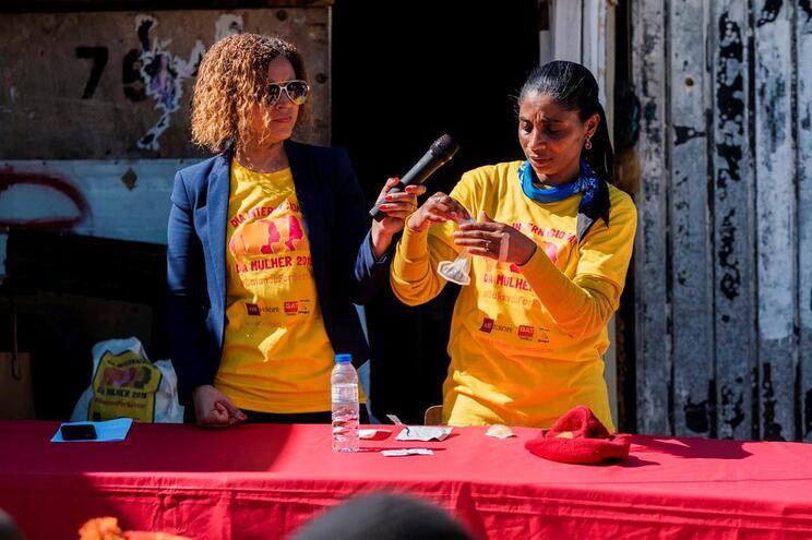 Ação de esclarecimento sobre como usar o preservativo no Bairro de Santa Marta, em Corroios
