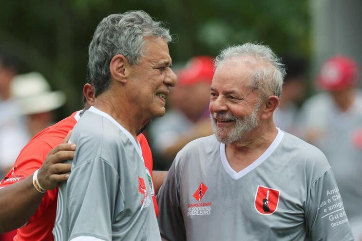 Chico Buarque com o ex-presidente do Brasil, Lula da Silva, durante um jogo de futebol, a 22 de dezembro