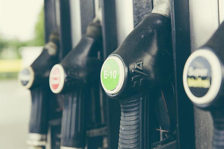 Gasolina e gasóleo com preços cada vez mais próximos