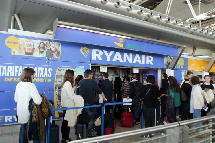 Sindicatos negoceiam greve europeia de tripulantes da Ryanair