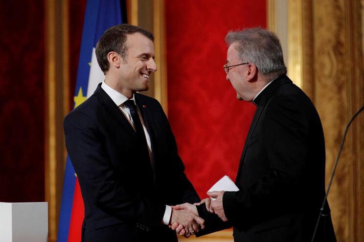 Presidente francês, Emmanuel Macron, com o núncio apostólico em França Luigi Ventura