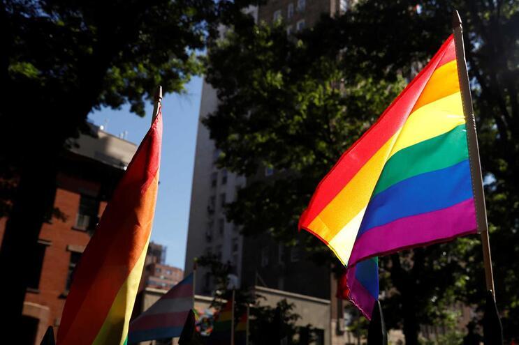 """França propõe que filhos de casais de lésbicas tenham """"mãe e mãe"""" na certidão de nascimento"""