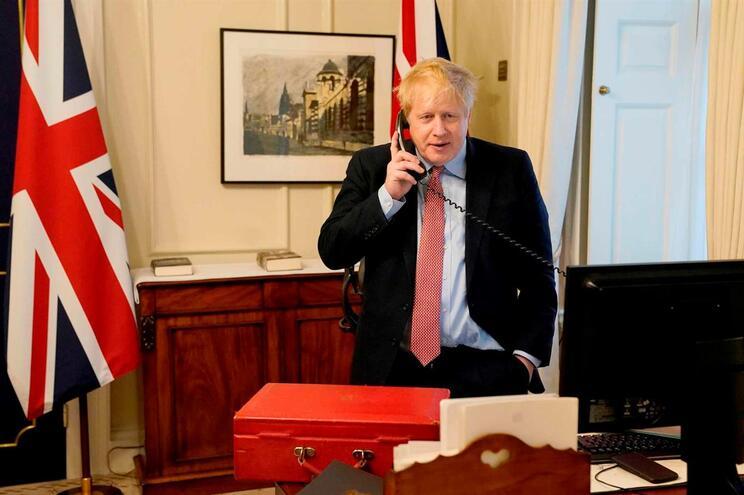 """O primeiro-ministro britânico, Boris Johnson, foi internado no hospital por """"precaução"""""""