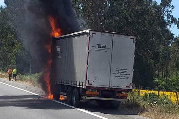 Camião a arder na A28