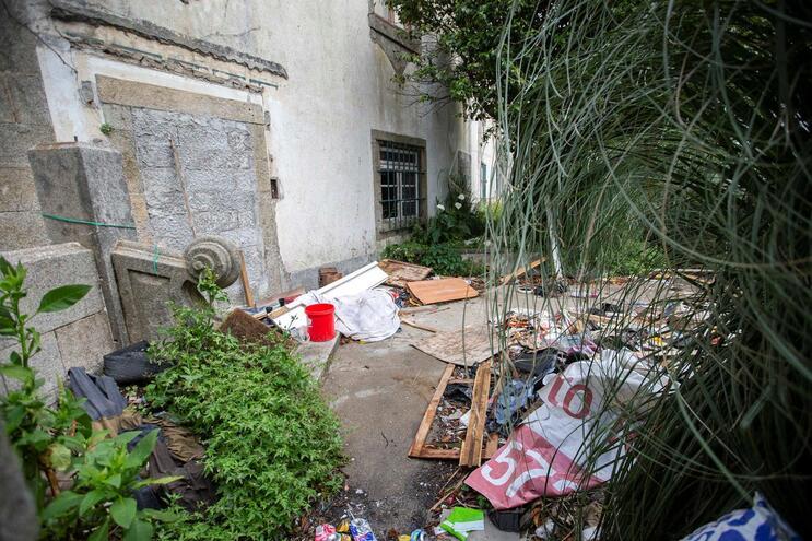 Quartel desativado na marginal do Porto invadido por toxicodependentes