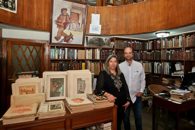 Susana Fernandes e Miguel Carneiro conseguiram salvar livraria Moreira da Costa, que conta com 117 anos