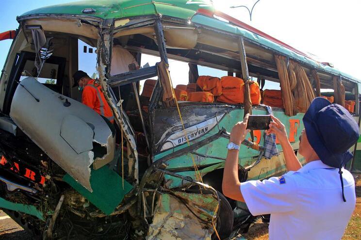 Colisão causa morte de 24 passageiros na África do Sul
