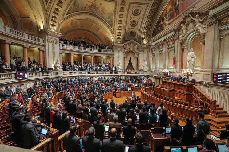 """Parlamento """"chumba"""" propostas do PSD sobre funcionamento da AR"""