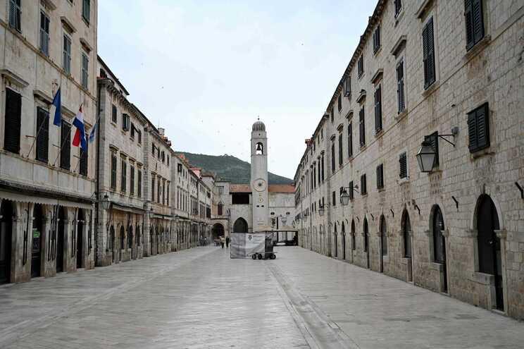 Imagem da principal rua pedonal da cidade croata de Dubrovnik, um destino europeu muito popular