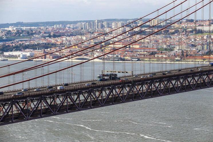 Acidente na Ponte 25 de Abril provoca dois feridos