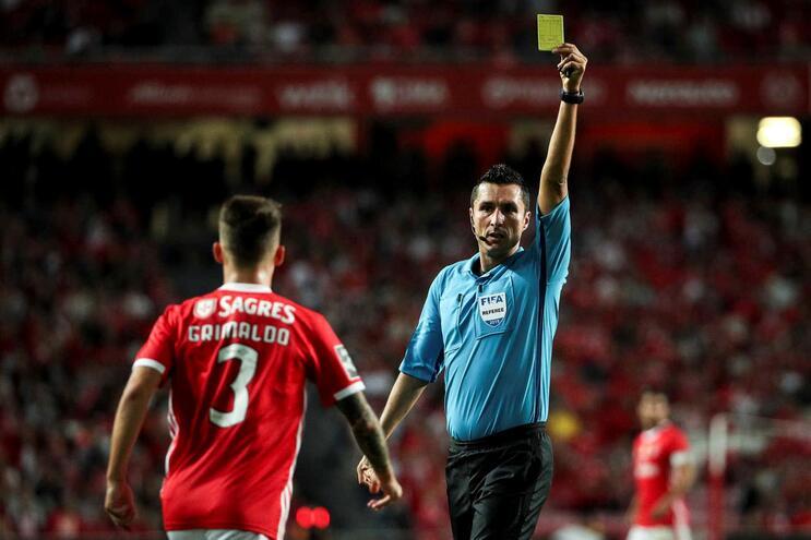 Árbitro do Benfica-Setúbal diz que foi atingido por moeda e sofreu hematoma