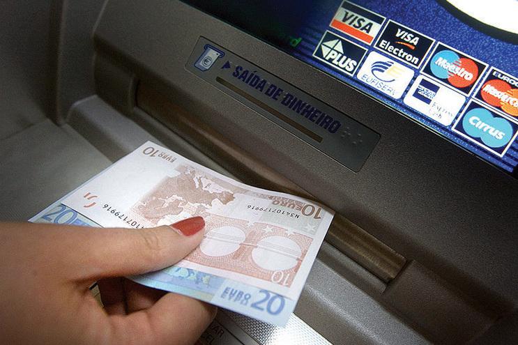 Falha no multibanco permitiu desviar milhares de euros
