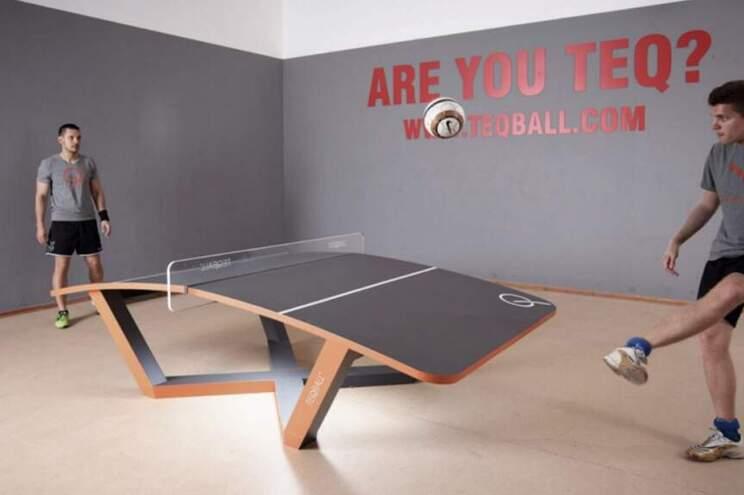 O Teqball assemelha-se ao ténis de mesa, só que a mesa é curva e a bola é de futebol