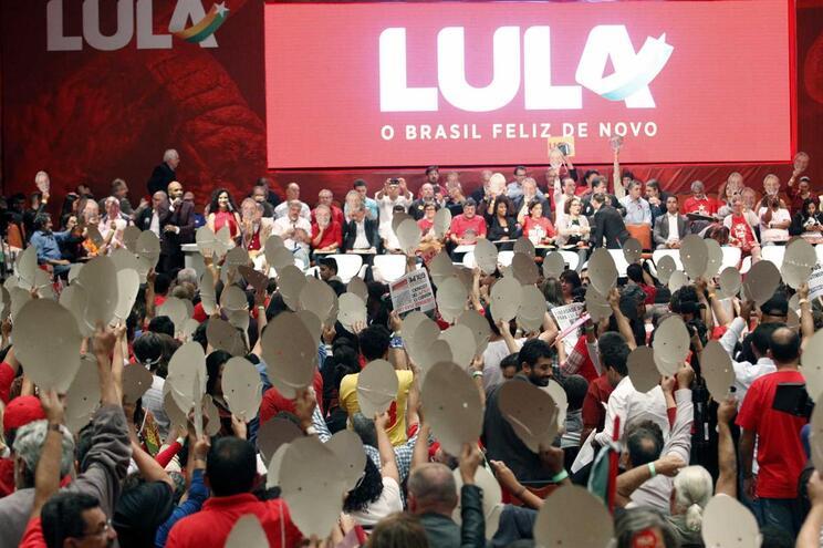 Na prisão, Lula assume candidatura presidencial no Brasil