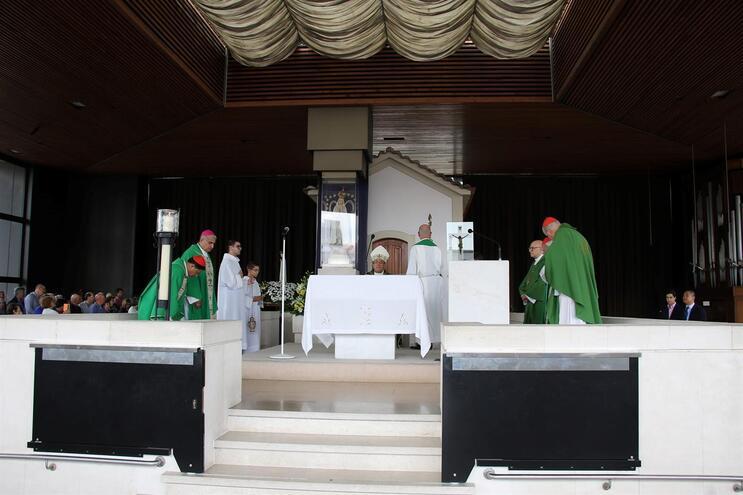 Bispo celebra missa com fundador de organização associada à extrema-direita