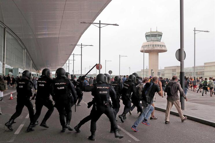 Protesto desconvocado depois de polícia carregar sobre manifestantes na Catalunha