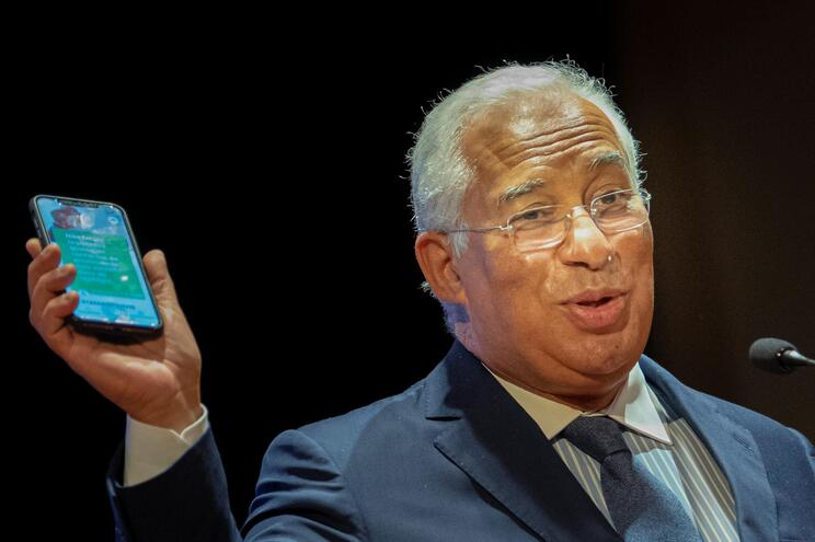 """António Costa disse que instalar a aplicação móvel é um """"dever cívico"""""""