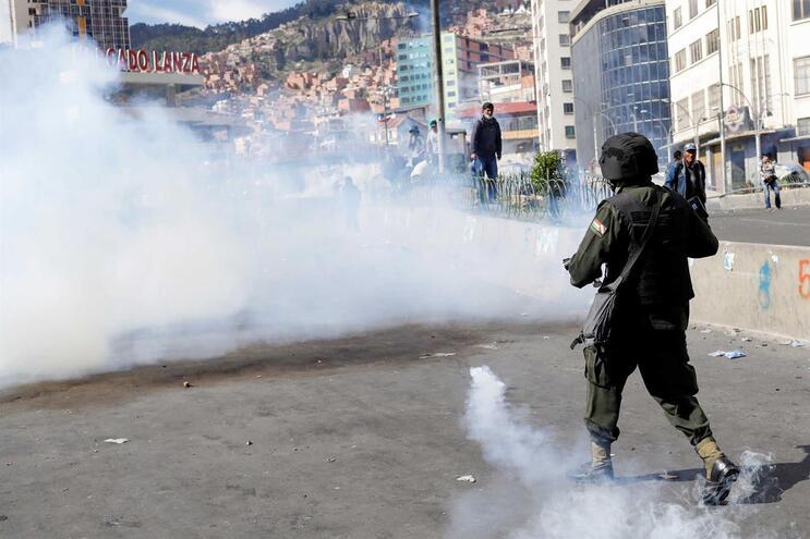 Polícia dispersa com gás lacrimogéneo marcha com caixões de vítimas mortais